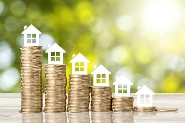 木造の中古物件を購入したときの減価償却方法 積み上げたコインとミニチュア住宅模型