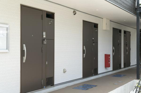 収納とセキュリティと強化する アパートの玄関