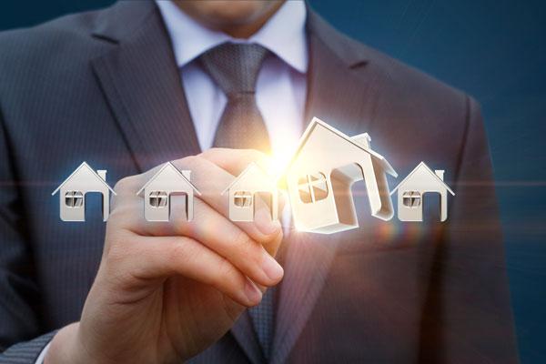 ビジネスマンと家模型のイメージ